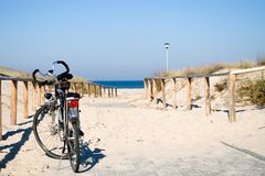 Bicicleta pelo mar. imagens de stock royalty free