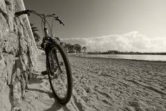 Bicicleta pelo Sandy Beach imagens de stock royalty free