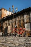 Bicicleta, polo eléctrico, pared del cinc Foto de archivo libre de regalías