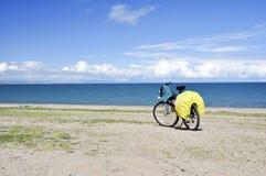 Bicicleta por el lago azul fotos de archivo