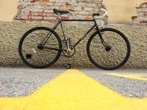 Bicicleta preta mínima da rua do primeiro andar fotos de stock royalty free