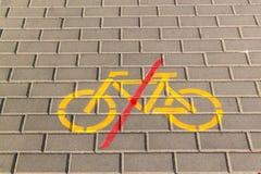 A bicicleta proibe o símbolo no pavimento concreto Sinais de tráfego sidewalk Proibição da equitação da bicicleta fotos de stock royalty free