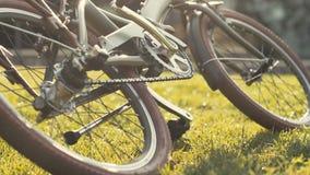 Bicicleta puesta en cierre de la hierba verde Bicicleta que miente en hierba almacen de video