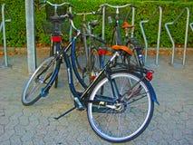 Bicicleta que cae en una acera Imagen de archivo libre de regalías