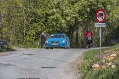 Bicicleta que compete, competição automóvel (carro do juiz) Fotografia de Stock
