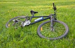 Bicicleta que encontra-se na grama Fotografia de Stock