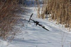 Bicicleta que encontra-se na neve Fotos de Stock