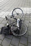 Bicicleta que encontra-se na terra fotografia de stock royalty free