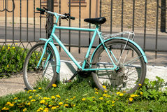 Bicicleta que está apenas perto da cerca fotografia de stock