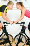 Bicicleta que hace girar en la gimnasia Fotos de archivo