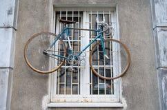 Bicicleta que pendura na janela Imagem de Stock Royalty Free