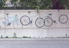 Bicicleta que pendura na parede imagem de stock