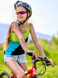 Bicicleta que viaja de la mujer en parque del verano Fotografía de archivo