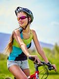 Bicicleta que viaja de la mujer en parque del verano Imagen de archivo libre de regalías