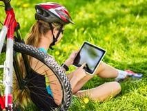 Bicicleta que viaja de la mujer en parque del verano Reloj elegante del reloj de la muchacha Fotos de archivo libres de regalías