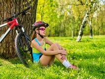 Bicicleta que viaja de la mujer en parque del verano Reloj elegante del reloj de la muchacha Fotografía de archivo libre de regalías