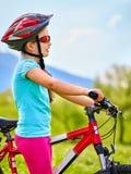Bicicleta que viaja del niño en parque del verano Imagen de archivo libre de regalías