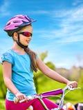Bicicleta que viaja del niño en parque del verano Fotografía de archivo