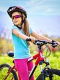 Bicicleta que viaja del niño en parque del verano Foto de archivo