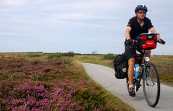 Bicicleta que viaja en el campo fotos de archivo libres de regalías