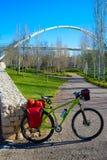 Bicicleta que viaja a la bici en el parque de Valencia Cabecera Imagen de archivo