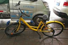 Bicicleta quebrada de OFO en el pavimento Foto de archivo