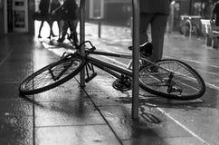 Bicicleta quebrada en el ambiente urbano lluvioso de la ciudad foto de archivo