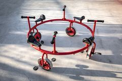 Bicicleta redondeada rara para los niños imagenes de archivo