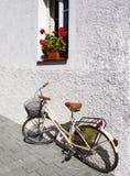 Bicicleta retra que se inclina contra una pared Fotos de archivo