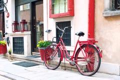 Bicicleta retra roja outdoors foto de archivo
