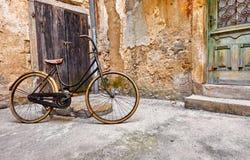 Bicicleta retra vieja en la calle del vintage imagen de archivo libre de regalías