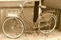 Bicicleta retro contra uma parede suja, Amsterdão, Países Baixos Fotografia de Stock