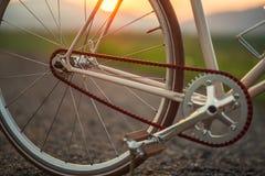 Bicicleta retro na estrada no por do sol, fotografia do detalhe de componentes da bicicleta foto de stock
