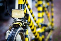 Bicicleta retro pintada preta e amarela imagem de stock royalty free