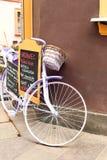 Bicicleta retro roxa do encanto elegante - menu outdoors fotografia de stock