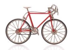 Bicicleta roja aislada en blanco Fotografía de archivo