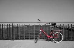 Bicicleta roja sola Fotos de archivo libres de regalías