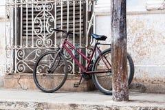 Bicicleta roja vieja Imágenes de archivo libres de regalías