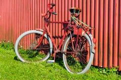 Bicicleta roja vieja Imagen de archivo libre de regalías