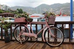 Bicicleta rosada adornada con las flores en el embarcadero fotografía de archivo libre de regalías