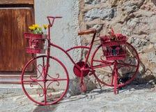 Bicicleta rosada con las cestas de la flor Imagenes de archivo