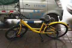 Bicicleta rota abandonada de OFO Imágenes de archivo libres de regalías