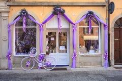 Bicicleta roxa ao lado de uma loja da alfazema Fotos de Stock