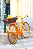 Bicicleta rural alaranjada de provence com frutos na cesta de vime imagens de stock