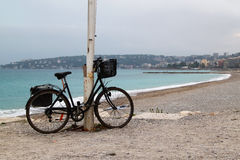 Bicicleta só na praia no dia chuvoso nebuloso Imagem de Stock Royalty Free