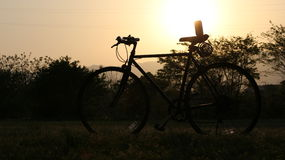 A bicicleta sob o por do sol Foto de Stock Royalty Free