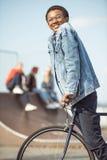 Bicicleta sonriente del montar a caballo del adolescente del inconformista Imagen de archivo libre de regalías