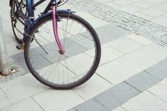 Bicicleta urbana del pavimento imagen de archivo libre de regalías
