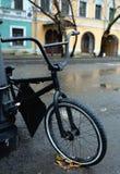 A bicicleta velha é estacionada na rua fotografia de stock royalty free