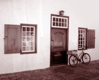 Bicicleta velha & edifício velho imagens de stock